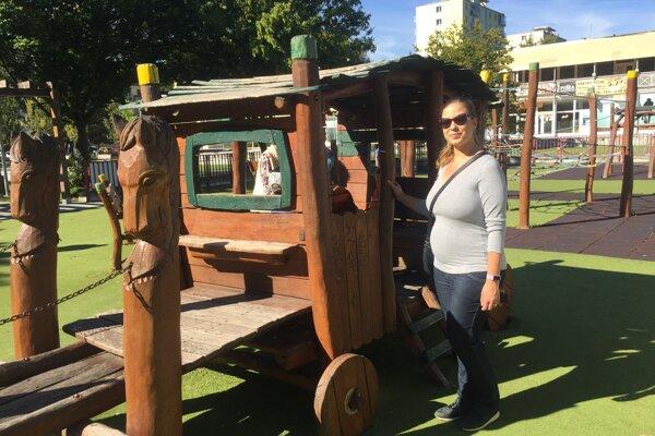 Súčasťou námestia je aj detské ihrisko.