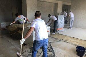 """Dobrovoľníci a dobrovoľníčky v Prievidzi pomohli občianskemu združeniu Spolu sme Prievidza pri príprave múzea """" vTedy"""" v Galérii Jabloň."""