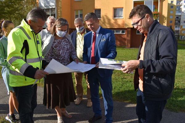 Prvá etapa obnovy vnútroblokových priestorov na Sídlisku pod Sokolejom odštartovala odovzdaním staveniska.