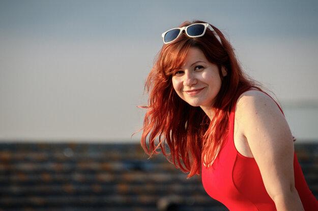 Dominika Uhráková žije vo Veľkej Británii od roku 2015. V súčasnosti pracuje na zákaznickom servise v spoločnosti PRS for Music.