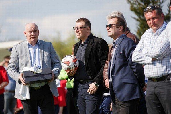 Zľava predseda ObFZ v Nitre Štefan Korman, prezident SFZ Ján Kováčik, šéf ZsFZ Ladislav Gádoši a prezident čeľadického klubu Martin Hamada.
