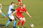 Tomáš Jánošov (v červenom) prispel štyrmi gólmi k výhre Čeľadíc v Ivanke 6:0.