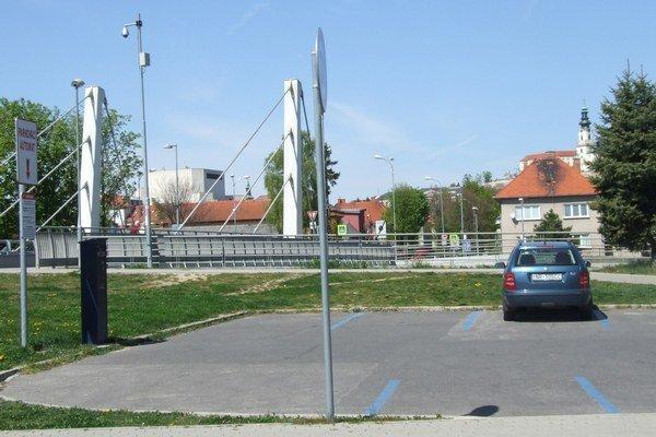 Odkedy je na parkovisko pri Chrenovskom moste automat, väčšinou je takmer prázdne.