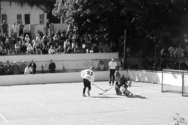 Spomienky na hokejbalovú ligu, ktorá sa pred viac ako 20 rokmi hrala na ihrisku za CVČ Domino, ožijú na turnaji Stümpel Cup old boys.