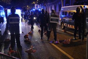 Demonštranti hádzali do policajtov aj prasacie hlavy.