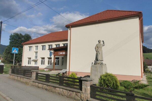 Vynovená škola v Sklabini.