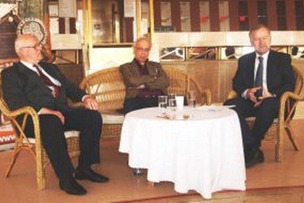 Literárny klub Janka Jesenského pripravil besedu (sprava) s Matejom Ruttkayom a Karolom Pietom.