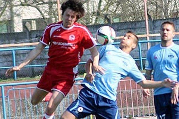 Jeden z gólov strelil Jozef Urblík. Jeho otec kedysi v drese Bardejova hral prvú slovenskú ligu. Vpravo Michal Rakovan.