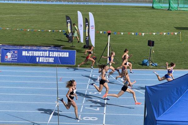 Dramatický finiš behu na 60 metrov