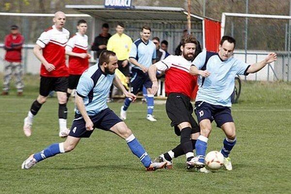 Bojovnosť a pozorná obrana Výčap (v modrom) nakoniec proti Nevidzanom na bodový zisk nestačili.