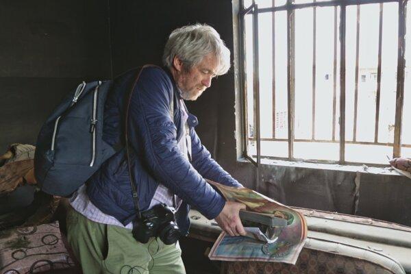 Reportér a fotograf Andrej Bán je hlavným protagonistom filmu Raj na zemi režiséra Jara Vojteka