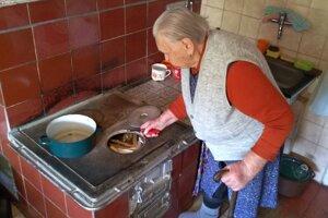 Adela Olešová. Aj keď domácnosti pomáha aj plynové kúrenie, teplo zpiecky je príjemné.