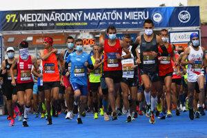 Maratón si tento rok mohli ľudia pozrieť len naživo priamo pri trati.