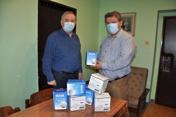Branislav Klocok (vpravo) priniesol od firmy OFZ do nemocnice tisíc respirátorov.