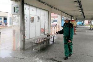 Mesto zabezpečuje dezinfekciu na verejných priestranstvách, vrátane autobudovej stanice. Podľa slov primátorky Topoľčian sa však ktomu veľmi zodpovedne stavajú aj jeho školy aorganizácie.