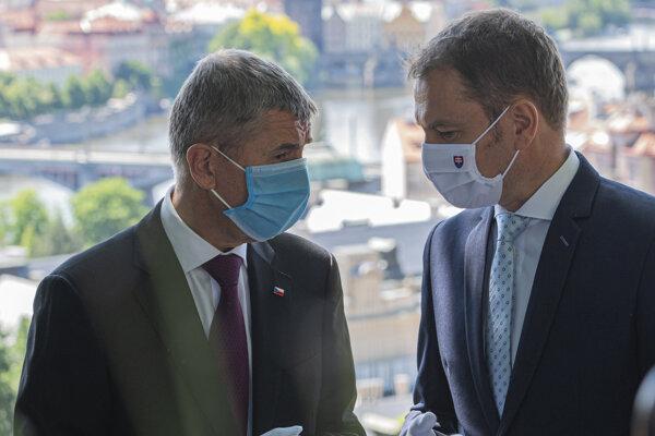 Predseda slovenskej vlády Igor Matovič (vpravo) a český premiér Andrej Babiš.