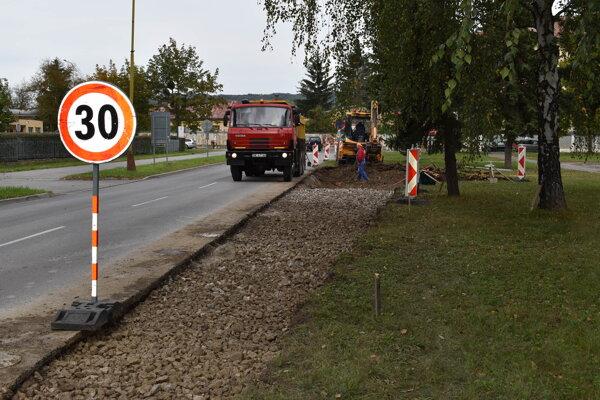Na Komenského ulici stavajú odbočovací pruh.