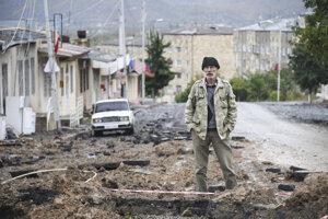 Muž stojí na zničenej ulici v meste Stepanakert po ostreľovaní azerbajdžanským delostrelectvom počas bojov medzi arménskymi a azerbajdžanskými vojenskými jednotkami v samozvanom regióne Náhorný Karabach.