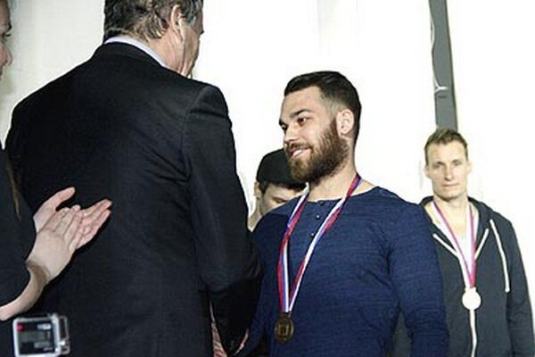 Medailu z rúk primátora Jozefa Dvonča si prevzal aj Marek Slovák.