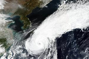 Oblaky nad Japonskom na satelitnej snímke z 8. októbra 2020. Neočakáva sa, že tajfún Čan-hom dosiahne pevninu.