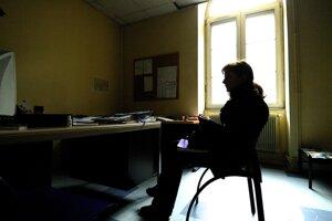 Európska kampaň proti násiliu v roku 2007 priblížila osudy týranych žien. Partner päťdesiatničky na tejto fotografii bol tiež zdatný manipulátor. Pred druhými bol vždy slušný, no doma mu stačil najmenší podnet na útok.