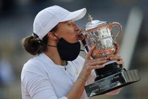 Iga Swiateková s trofejou pre víťazku Roland Garros.