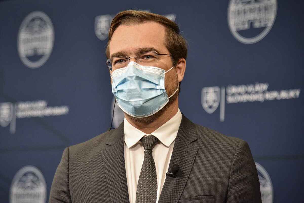 Minúta po minúte: Minister Krajčí predstavil sprísnené opatrenia
