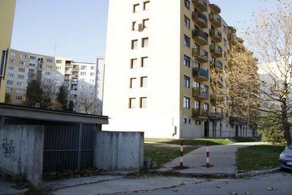 Kryt sa nachádza pod panelákom na Považskej ulici, je do neho aj samostatný vchod. Vodu už z priestorov odčerpali.