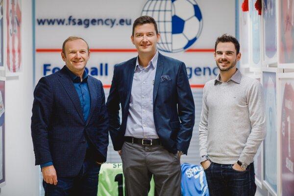 Football Service Agency - zľava riaditeľ Milan Lednický, skaut Matej Ivan, advokát Dominik Lednický.