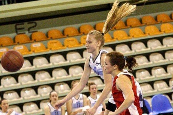 Mladým basketbalistkám Nitry sa v I. lige žien darí. Na snímke Linda Dubeňová.