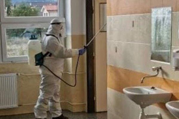 Dobrovoľní hasiči zVrútok vykonali aj dezinfekciu priestorov ZŠ H. Zelinovej
