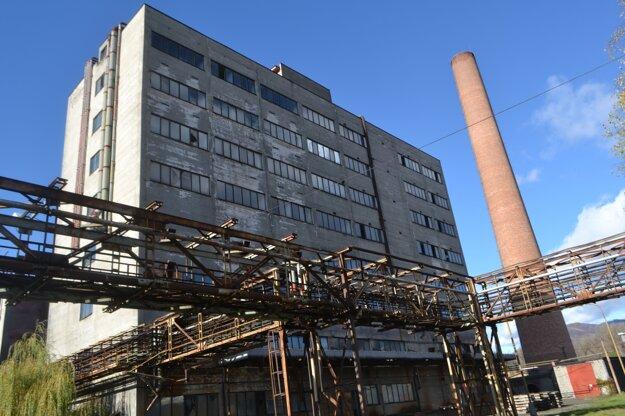 Budova aj komín budú čoskoro minulosťou.