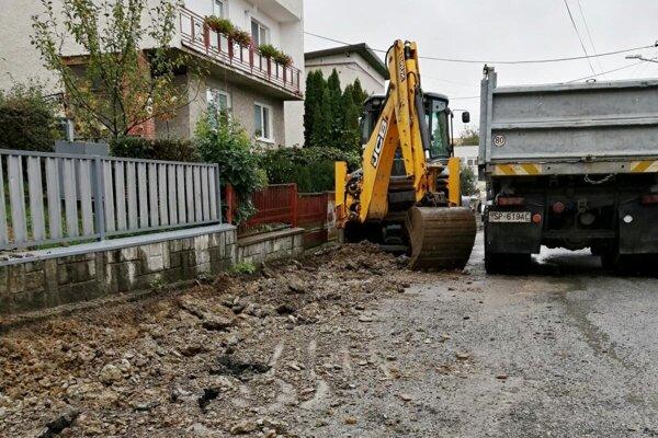 Mesto do zimy opraví niektoré chodníky.