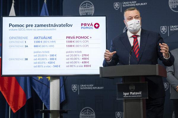 Minister práce, sociálnych vecí a rodiny SR Milan Krajniak (Sme rodina) počas tlačovej konferencie ku kompenzačných schémach v súvislosti s ochorením Covid-19 po 43. rokovaní vlády SR v Bratislave 14. októbra 2020.