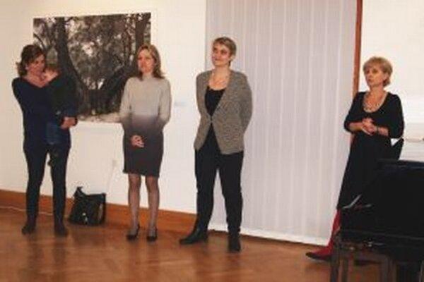 Vernisáž otvorili kurátorky výstavy a riaditeľka galérie.