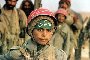 """Mladí iránski vojaci nosili okolo hlavy uviazané šatky s nápisom """"Boží bojovník""""."""