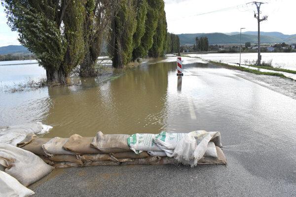Vysoká voda stopla dopravu na ceste medzi obcami Čaňa a Ždaňa.