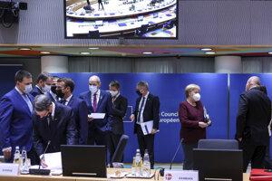 Predstavitelia krajín EÚ v priebehu summitu v Bruseli.
