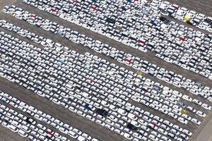 Hotové automobily značky Volkswagen sú na parkovisku automobilky v nemeckom Emden v apríli 2020.