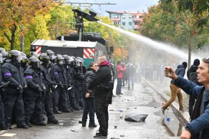 Zásah polície s obrneným vodným delom.