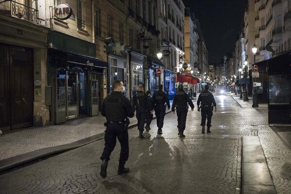 Paríž bol v noci takmer ľudoprázdny.