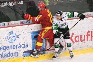 Henrich Jaborník (Trenčín) a Samuel Hain (Nové Zámky) v zápase 6. kola hokejovej Tipos extraligy medzi HC Mikron Nové Zámky a HK Dukla Trenčín.