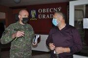 Zástupca armády pri kontrole priestorov na odber vo Veličnej.