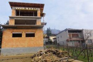 Stavebník pobúril výškou svojho domu celé okolie. Do lokality sa takýto dom vôbec nehodí, úradníci mesta napriek tomu na jeho stavbu povolenia vydali.