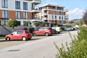 Mesto predalo pozemky na verejné parkovacie miesta. Od developera ich pred obytným súborom získali po 3-tisíc eur s DPH majitelia bytov.