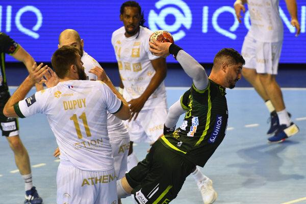 Hráč Tatrana Prešov Jihed Jaballah (s loptou) v dueli Európskej ligy proti Nimes.