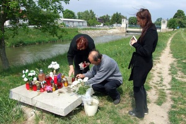 Tragédia sa stala na brehu rieky v Krškanoch. Šachtu po nej prekryli betónovou platňou.