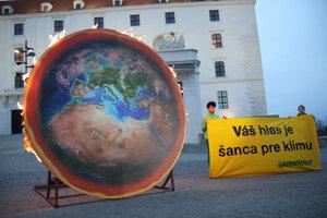 Model horiacej planéty umiestnený v areáli Bratislavského hradu, ktorý tam umiestnila organizácia Greenpeace.