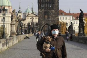 Česko opäť sprísňuje pravidlá v boji s koronavírusom.