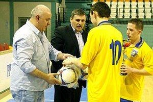 Dorastencom Močenka pred rokom k úspešnej obhajobe blahoželali predseda ObFZ Štefan Korman a zástupca mesta Nitra Štefan Štefek.
